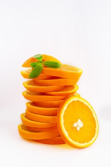 Saftige orange auf weißem hintergrund orangenfrucht mit orangenscheiben und blättern lokalisiert auf weißem hintergrund. vitamin c. orange nahaufnahme. vegetarisches, veganes essen. zitrusfrüchte. gesunde hauternährung