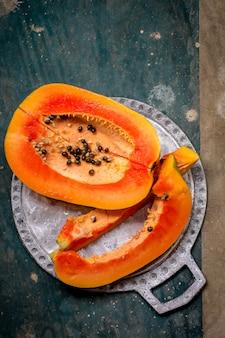 Saftige papaya auf einem tablett