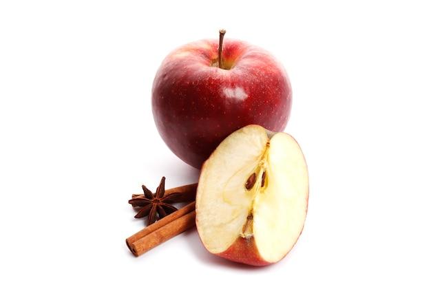 Saftige reife äpfel mit zimt und sternanis isoliert auf weißem hintergrund. zutaten für glühwein.