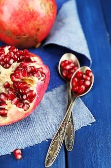 Saftige reife granatäpfel auf holztisch