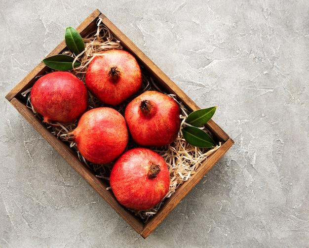 Saftige und reife granatäpfel in der box