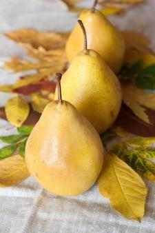 Saftige würzige birnen mit blättern