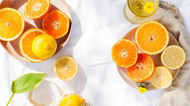 Saftige zitrusfrüchte auf weiß