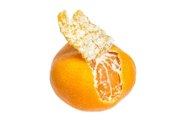 Saftige zitrusfrüchte. mandarine mit schale lokalisiert auf weißem hintergrund