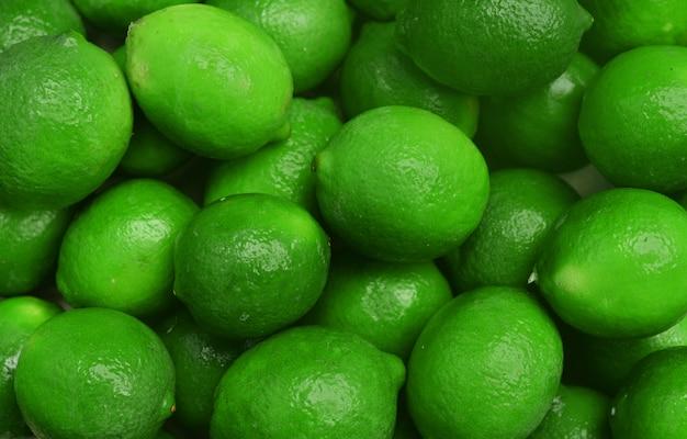 Saftiger bildhintergrund mit dem reifen limettengrün der früchte saftig