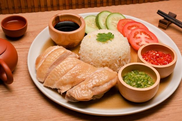 Saftiger hainanese-hühnerreis mit speziellem chili und süßen sojabohnensaucen asiatisches food-konzept