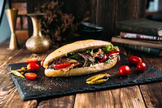 Saftiger türkischer döner in einem laib mit mariniertem fleisch