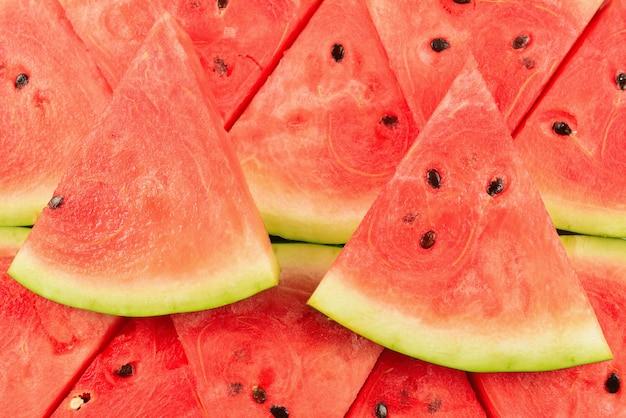 Saftiger wassermelonenscheibenhintergrund. draufsicht.