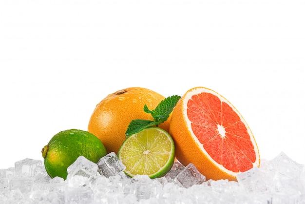 Saftiges frisches obst auf eis. konzept der kühlen getränke in der sommerhitze