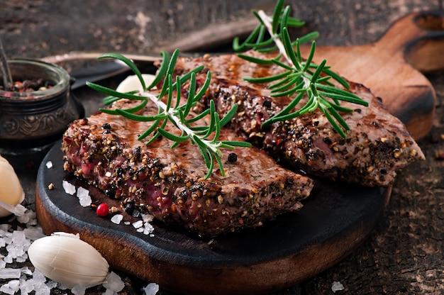 Saftiges steak mittelrares rindfleisch mit gewürzen