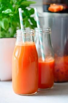 Saftpresse und karottensaft. sauberes essen, detox-konzept