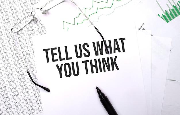 Sagen sie uns ihre meinung. konzeptioneller hintergrund mit diagramm, papieren, stift und brille