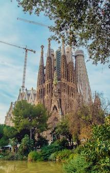 Sagrada familia barcelona bei sonnenaufgang. selektiver fokus.