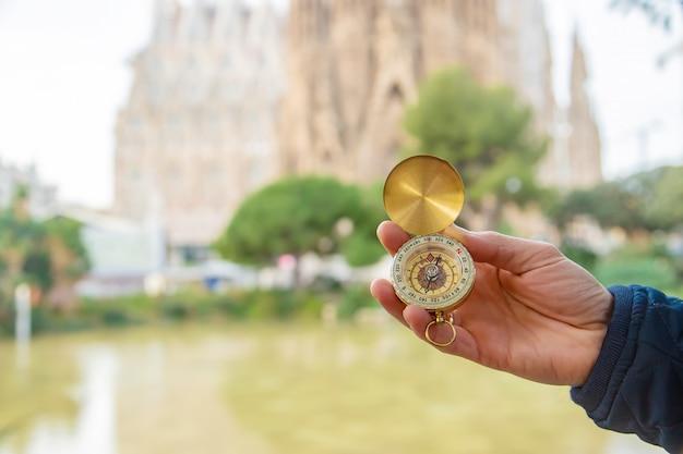 Sagrada familia barcelona mit einem kompass in der hand. selektiver fokus.