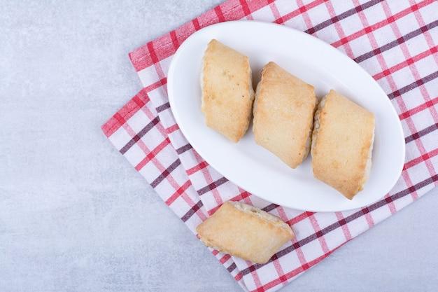 Sahne gefüllte kekse auf weißem teller.