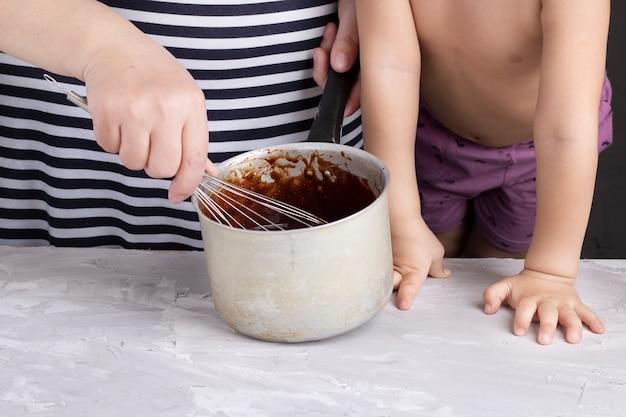 Sahne mit geschmolzener schokolade verquirlen