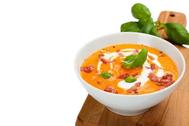 Sahne-suppe der karotten-paprikas mit speck