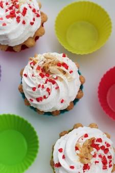 Sahnekuchen süßes dessert auf einem weißen tisch