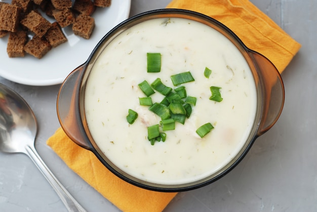 Sahnesuppe mit hühnerfleisch, grauer hintergrund.