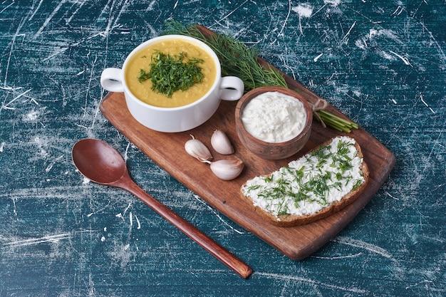 Sahnesuppe mit kräutern und brot toast.