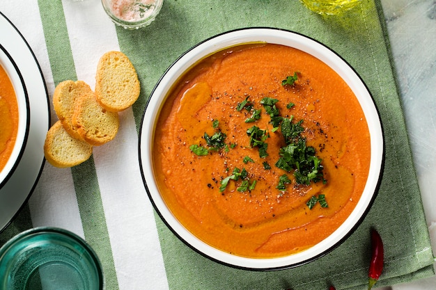 Sahnesuppe von roten linsen mit tomaten auf dem tisch. gesundes veganes wärmendes essen für die ganze familie