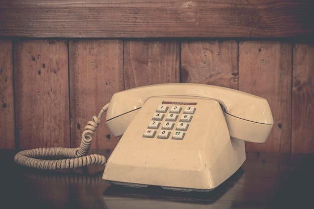 Sahnetelefon der weinlese auf altem holztisch