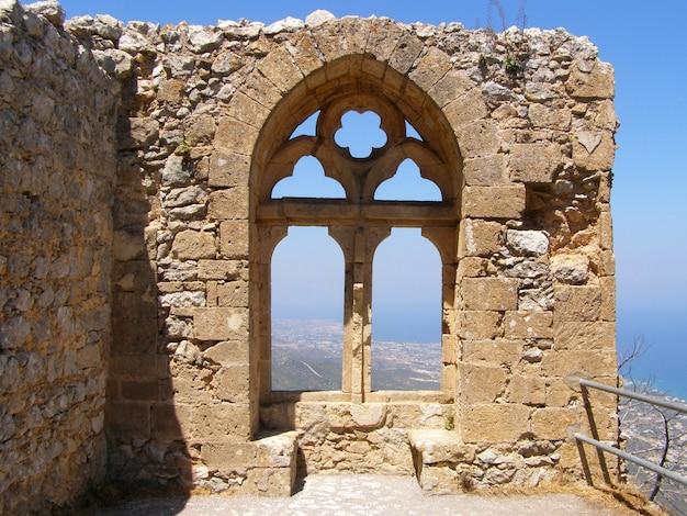 Saint hilarion castle, blick auf das fenster der königin königin elanor im oberen bezirk. bezirk kyrenia, zypern