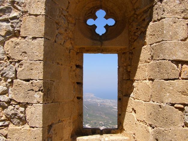 Saint hilarion castle, blick auf das fenster der königin queen eleanor in der oberen abteilung.