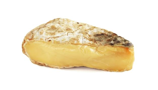 Saint nectaire fermier käse isoliert