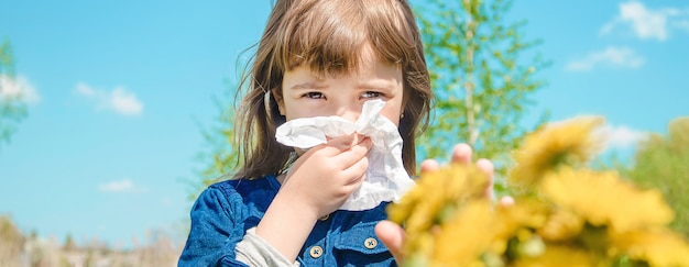 Saisonale allergie bei einem kind. schnupfen. tiefenschärfe.