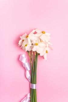 Saisonale blumen in einem minimalistischen bouquet