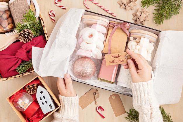 Saisonale geschenkbox mit marshmallow-, tee-, kaffee- oder kakaobox und weihnachtsschmuck