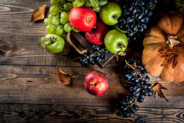 Saisonale herbstfrüchte und kürbis
