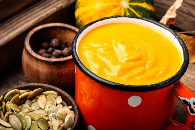 Saisonale kürbissuppe