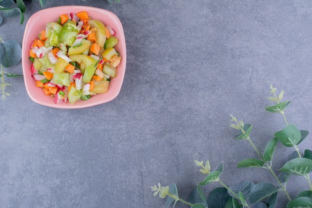Saisonaler gemischter gemüsesalat in einem teller