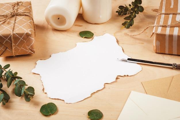 Saisonbuchstabe mit einem weinlesefederspulenstift auf hölzernem