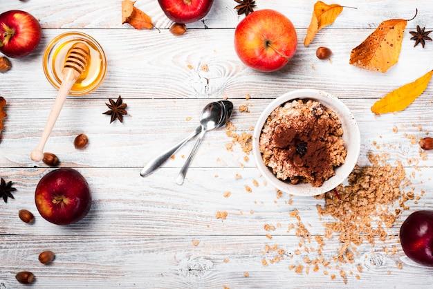Saisonnachtisch mit äpfeln und honig