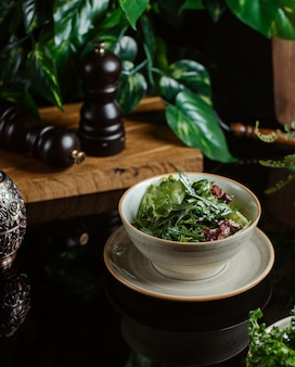 Saisonsalat mit viel grün und kräutern.