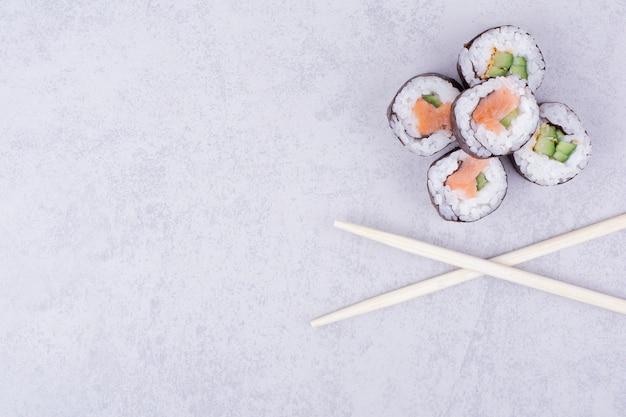 Sake maki rolls isolieren auf grau.