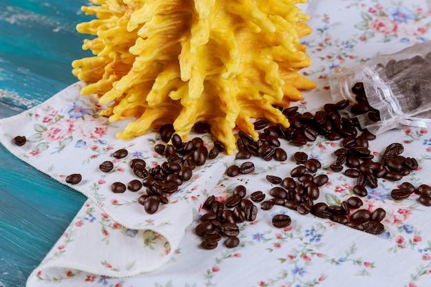 Sakotis ist nationales litauisches backen. mit kaffeebohnen auf einem blauen tisch