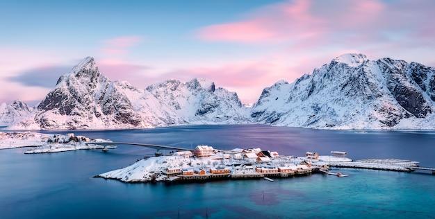 Sakrisoya island mit bergen bei sonnenaufgang