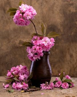 Sakura in einer vase auf holzuntergrund