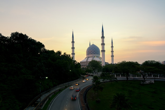 Salahuddin abdul aziz shah moschee während des sonnenaufgangs gelegen bei shah alam, selangor, malaysia.