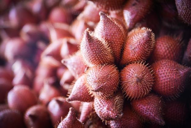 Salak palm oder schlangenfrucht zum verkauf auf dem obstmarkt - salacca zalacca