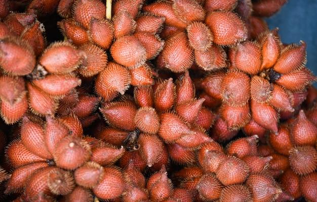 Salak palm textur hintergrund oder schlangenfrucht zum verkauf auf dem obstmarkt