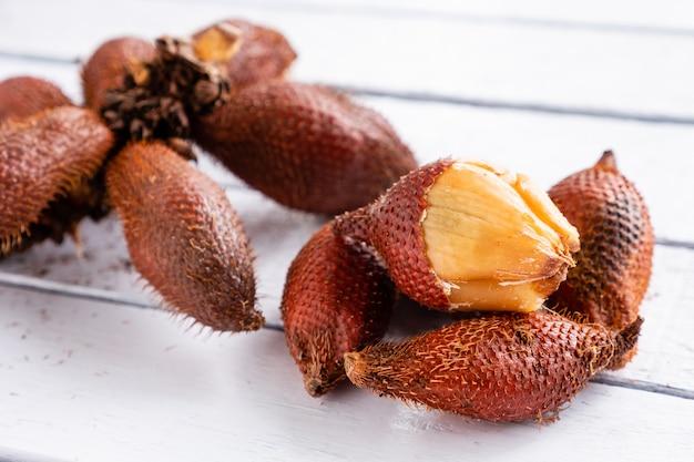 Salak (salacca zalacca) ist eine tropische frucht.