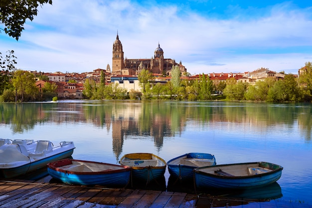 Salamanca-skyline mit dem tormes-fluss spanien