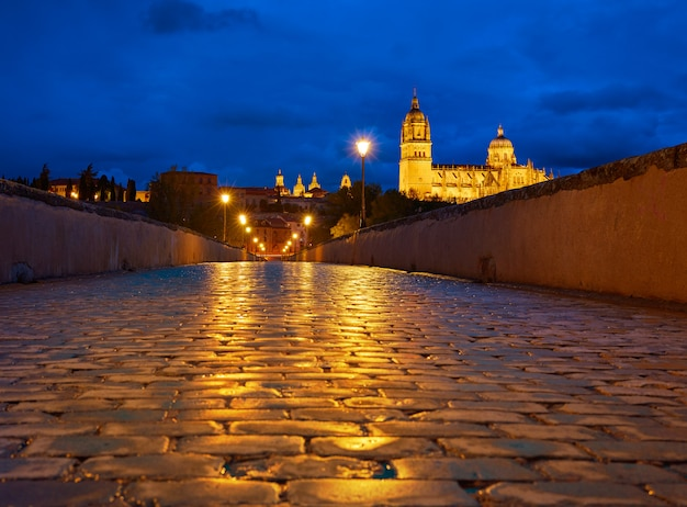 Salamanca-sonnenuntergang in der römischen brücke tormes river