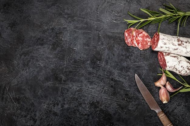 Salami auf dunklem hintergrund