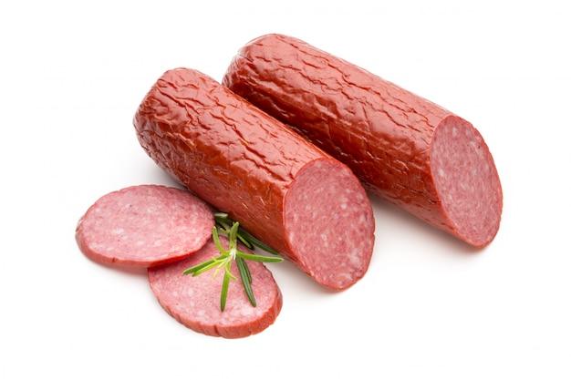 Salami geräucherte wurst, basilikumblätter auf weißem hintergrundausschnitt.